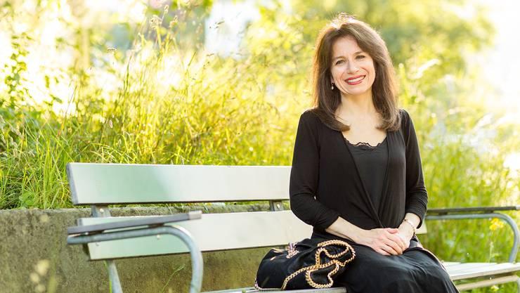 Anita Winter sitzt auf einer Parkbank vor dem Aufstieg zur Ruine Stein. Ganz in der Nähe ist ihre Grossmutter, die den Holocaust überlebte, zur Welt gekommen.