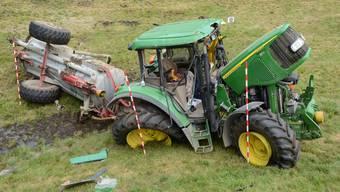 Der zerstörte Traktor nachdem er einen Abhang hinunter rutschte.