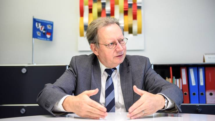 Gemeindepräsident Kuno Tschumi ist Verwaltungsleiter und politischer Leiter der Gemeinde. Harzt es im System, kann die sich häufende Arbeit zu viel werden.