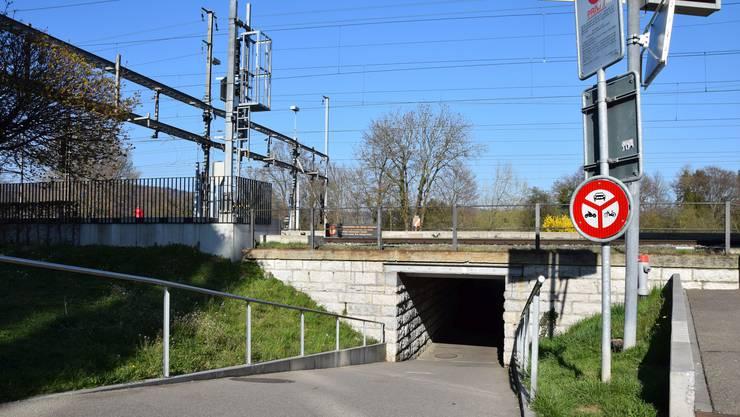 Die Unterführung unter den Gleisen beim Bahnhof: Für Fussgänger und Velofahrer ist sie viel zu dunkel und zu eng, sagt Gemeinderat Andreas Wolf (Grüne).
