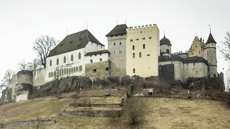 An der Fassade des Ritterhauses (weisses Gebäude mit gotischen Fenstern) sind dringende Fassadenarbeiten nötig. (Archiv)