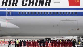 Wer mit Air China von Peking nach Genf fliegt, wird im Flugzeug über das neue Coronavirus informiert und muss bei der Ankunft Kontaktdaten abgeben. (Themenbild)