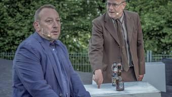 """Fredi Stettler (l) als Behringer und Markus Maria Enggist als Hans in """"Die Nashörner"""" des Freilichttheaters Gurten. (Pressebild)"""