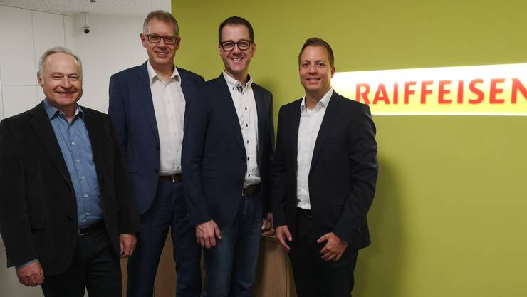 Gerhard Niederberger (Stv. Vorsitzender der Bankleitung am Lindenberg), André Kissling (VR-Präsident Merenschwand-Obfelden), Kilian Rosenberg (VR-Präsident am Lindenberg) und Reto Hübscher (Vorsitzender der Bankleitung Merenschwand-Obfelden (v.l.n.r.) bereiten die Fusion vor.