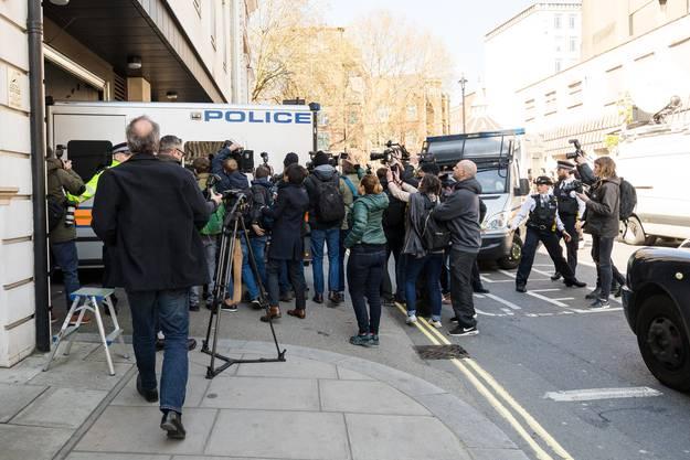 Julian Assange wir in einem Polizeiauto zum Gerichtsgebäude gefahren.