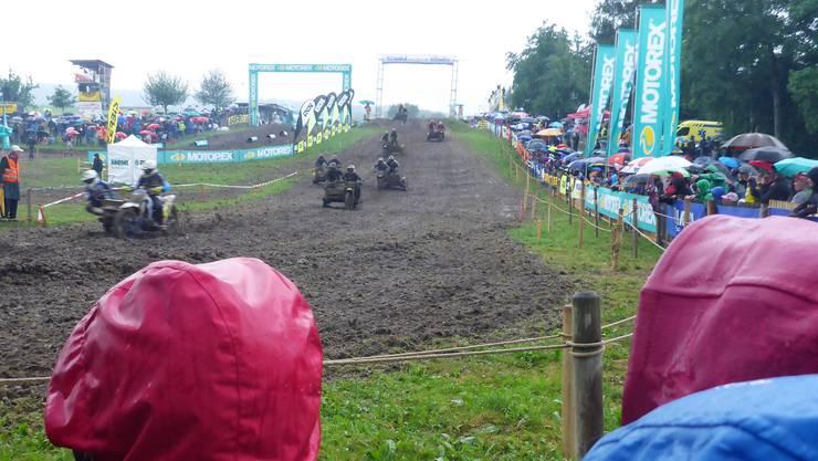 Trotz schlechter Wetterprognose säumten die Motocrossfreunde in grosser Zahl den Pistenrand, um spannende Rennen zu verfolgen.