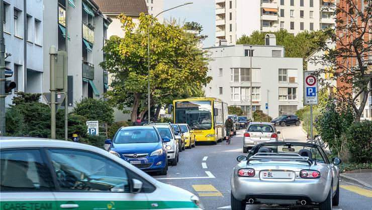 Wenn in den Stosszeiten alle anderen Verbindungen verstopft sind, weichen viele Pendler auf die Birsfelder Quartierstrassen aus, hier die Kirchstrasse. Dabei bleibt der Bus stecken.