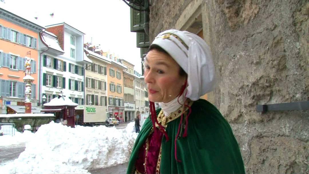 Die Stadtführerin Marie-Christine Egger zeigt die Wahrzeichen der Stadt Solothurn in historischen Kostümen und gibt Einblick in die Mode des Mittelalters.