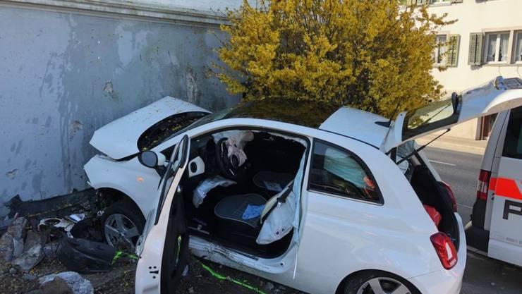 Schübelbach SZ, 31. März: Ein Autofahrer ist bei einem Unfall ums Leben gekommen. Der 67-Jährige kam aus ungeklärten Gründen von der Strasse ab und fuhr frontal gegen eine Hausmauer.