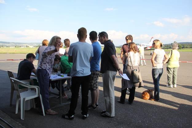 Hospiz-Mitarbeitende, -Mitglieder und freiwillige Helfer haben grosses Interesse an den Rundflügen im Birrfeld.