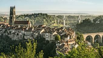 Die zweisprachige Brückenstadt Fribourg mit der spektakulären Poya-Brücke im Hintergrund.
