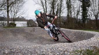 Auf dem Pausenhof des neuen Zurzacher Schulhauses soll ein Pumptrack, also ein Rundkurs für Mountainbikes, gebaut werden. Bei der Planung hilft eine Bündner Firma. Diese hat auch die Anlage in Birmenstorf (hier im Bild) erstellt. Claudio Thoma