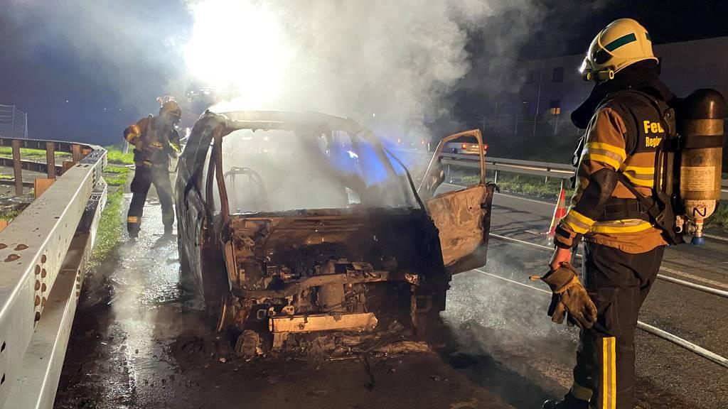 Auto auf der Autobahn A1 in Vollbrand