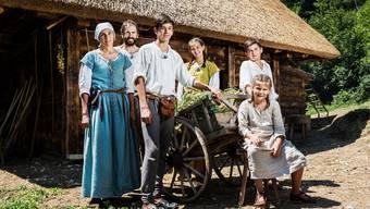 Familie Dietschi lebte für drei Wochen im mittelalterlichen Bauernhof vor den Schlossmauern.