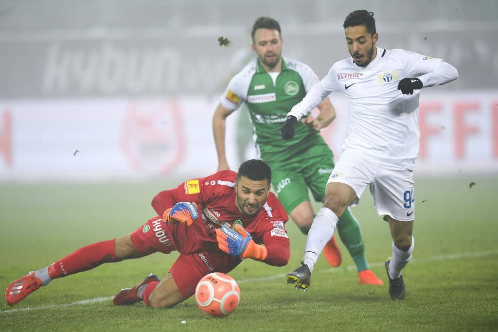 Kommt während eines Angriffs des Zürchers Salim Khelifi zum Einsatz: FCSG-Goalie Dejan Stojanovic (links).