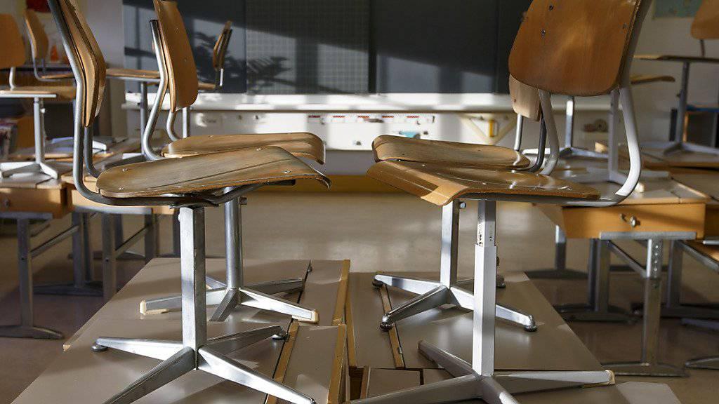 In Biel ist ein Oberstufen-Lehrer im Amt eingestellt worden. Es gebe Hinweise, dass der Mann gewisse Grenzen überschritten habe, sagte der Bieler Bildungsdirektor dazu. (Symbolbild)