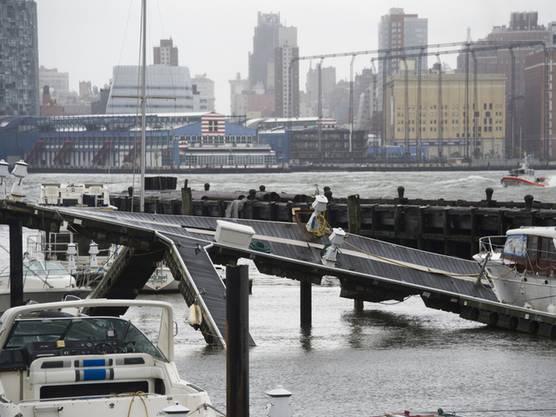 Die Hudson River Marina in New York nach dem Sturm