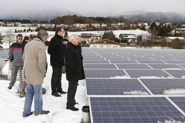 Die Besucher besichtigen das neue Solardach und hoffen auf viel Sonne.
