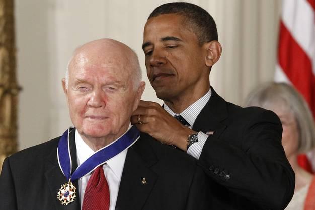 2012 erhielt John Glenn von US-Präsident Barack Obama die «Medal of Freedom», eine der höchsten zivilen Auszeichnungen der USA, verliehen.
