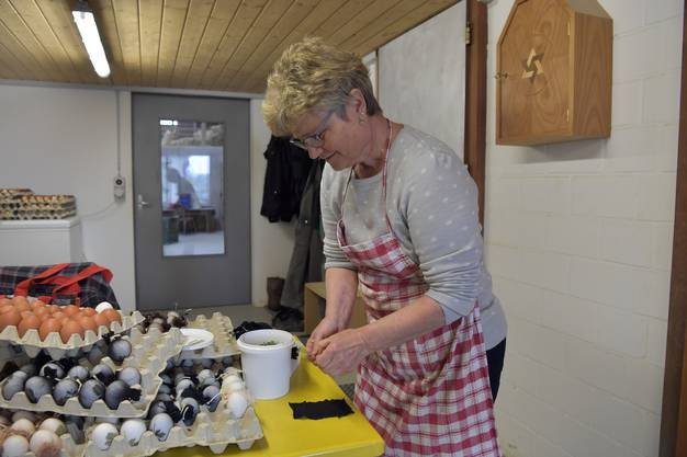 Den Winter hindurch hat Susanne Stauffer aus Strümpfen passende kleine Vierecke geschnitten.