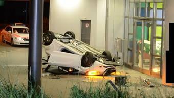 Der Fahrer kollidierte er mit einem Verkehrssignal, durchbrach mit seinem Auto einen Metallzaun und landete nach einem Flug über rund zehn Meter in einer Hausfassade.