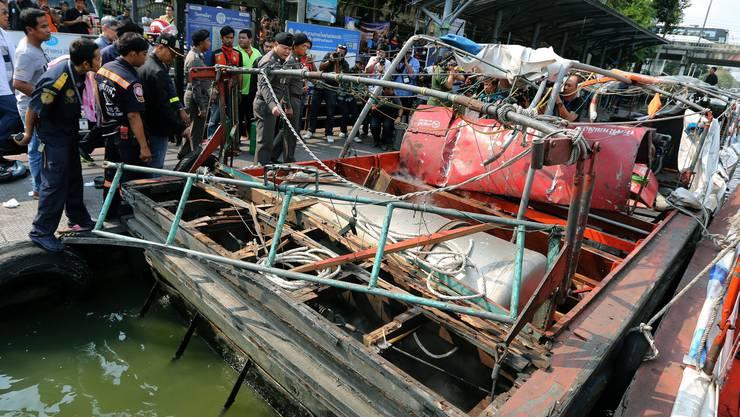 Das explodierte Schiff. Die Unglücksursache war Gas, das aus einem Leck austrat und das sich entzündete.