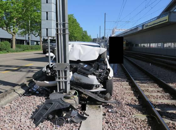 Nach einem Blackout fuhr der 21-jährige Schweizer in einen Mast der BLT.