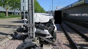 Münchenstein: Auto prallt in Masten