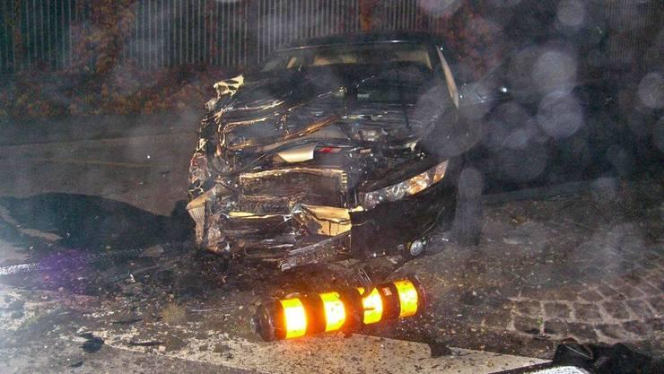 Das ist das Fahrzeug, das den Unfall verursacht hat, kam erst rund 50 Meter nach der Kollisionsstelle voellig demoliert auf einer Strasseninsel zum Stillstand.