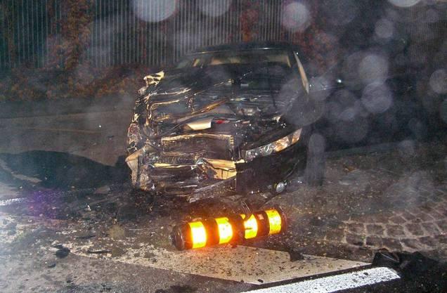 Das ist das Fahrzeug, das den Unfall verursacht hat, kam erst rund 50 Meter nach der Kollisionsstelle voellig demoliert auf einer Strasseninsel zum Stillstand. Der 18-jährige Lenker und sein 53-jähriger Begleiter blieben unverletzt.