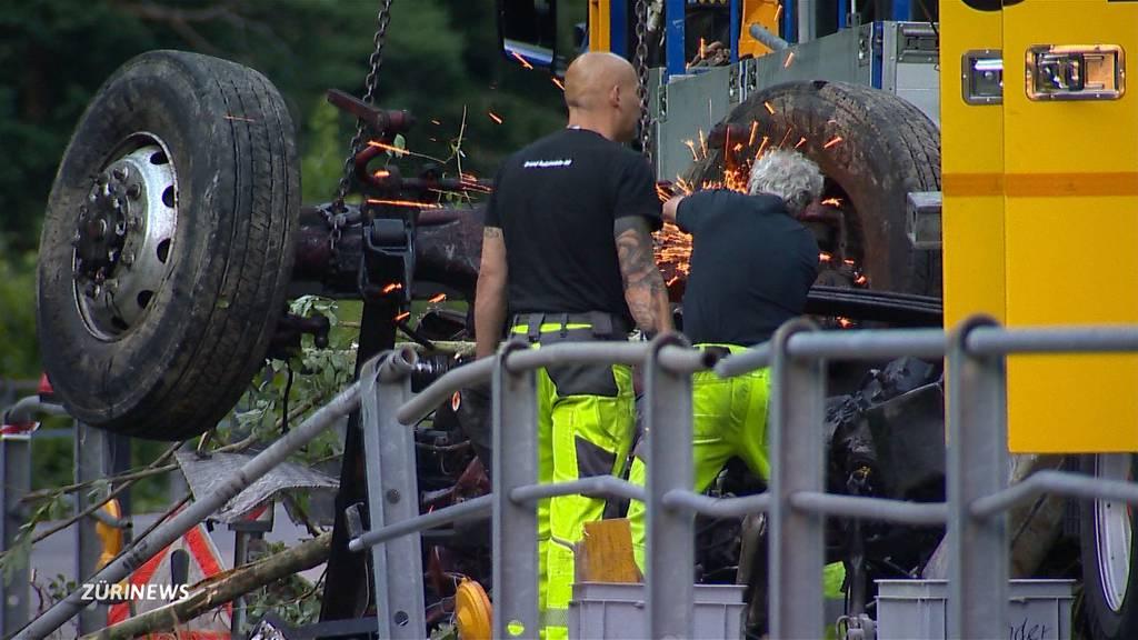 LKW-Fahrer überlebt 300-Meter-Sturz