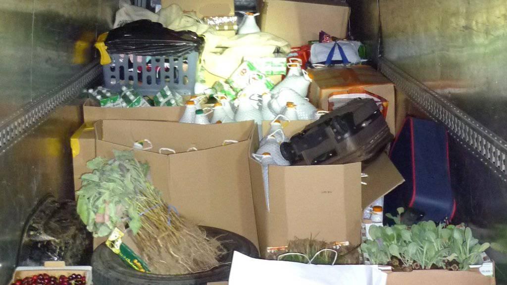 In einem Kleintransporter in Basel entdeckte die Grenzwache zahlreiche Schmugglerware.