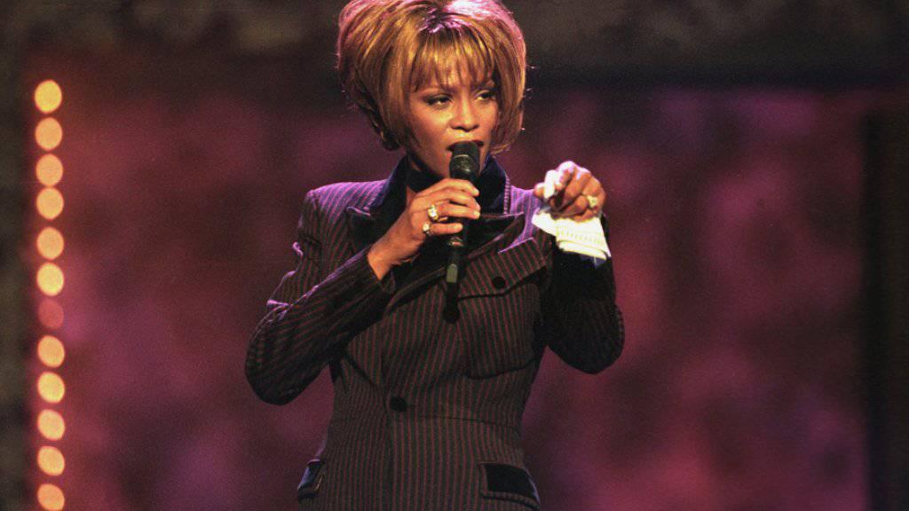 """Die inzwischen verstorbene US-Sängerin Whitney Houston bei einem Auftritt im Jahr 1998. In dieser Zeit soll sie das heute veröffentlichte Cover des Steve-Winwood-Songs """"Higher Love"""" bereits aufgenommen haben."""