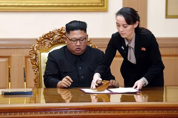 Kim Yo Jong (r) arbeitet ihrem Bruder zu, unterstützt ihn und übernimmt organisatorische Aufgaben für das Regime.