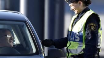 Die schwedische Polizei kontrolliert einen dänischen Autofahrer an Grenze bei Öresund. (Archivbild)
