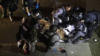dpatopbilder - Ein Mann wird von Sanitätern behandelt, nachdem er erschossen wurde. Am 29.08.2020 brachen in der Innenstadt von Portland Kämpfe aus, als ein Autokorso der Anhänger von US-Präsident Donald Trump durch die Stadt fuhr und mit Gegnern zusammenstiess. Foto: Paula Bronstein/FR171772 AP/dpa