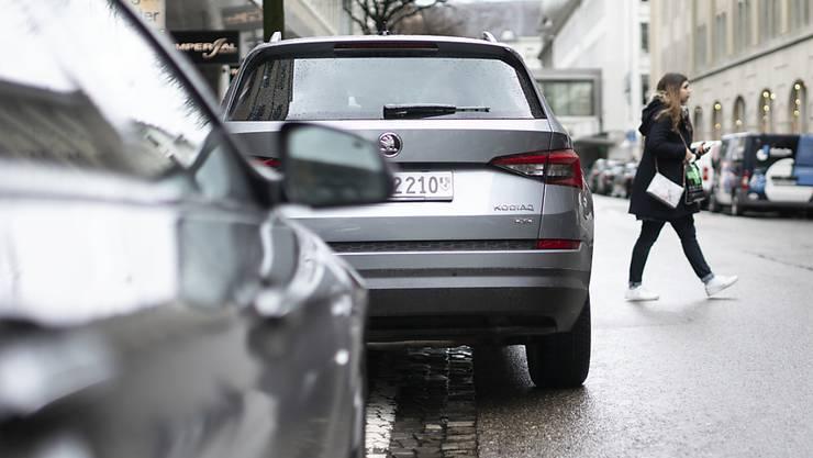 Autos werden breiter und länger, weshalb die Halter grosser Fahrzeuge nach Auffassung des Basler Grossen Rats auch mehr für die Nutzung von Parkfläche auf öffentlichem Grund bezahlen sollen.
