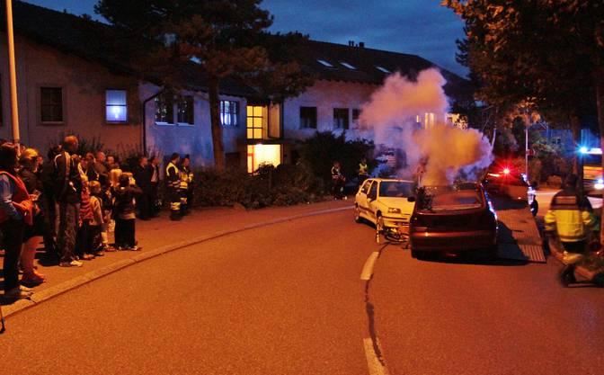 Schock: Drei Autowracks, ein Velo und viel Rauch jagen den Zuschauern einen schauer über den Rücken. Durch den tatkräftigen Einsatz der Feuerwehr Geroldswil-Oetwil werden aber alle Beteiligten gerettet