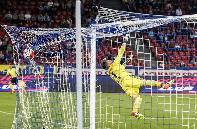 Aber auch die Zürcher können Traumtore schiessen: FCB-Goalie Tomas Vaclik ist machtlos gegen Buffs Geschoss.