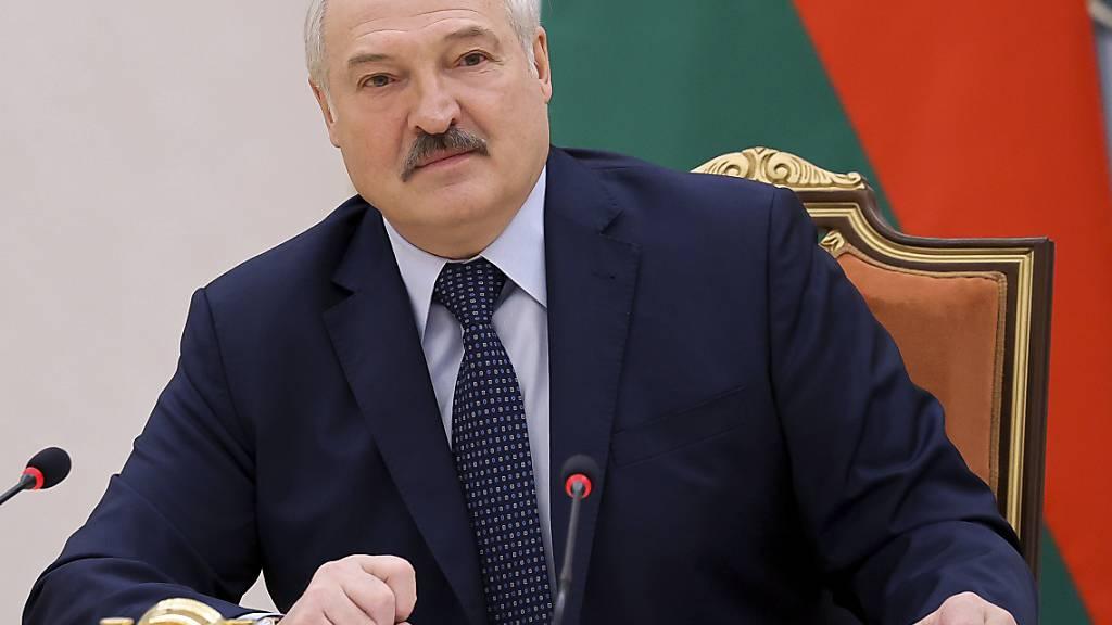 Alexander Lukaschenko, Präsident von Belarus, spricht zu den Premierministern der Gemeinschaft Unabhängiger Staaten während eines Treffens. Foto: Sergei Shelega/BelTA/AP/dpa