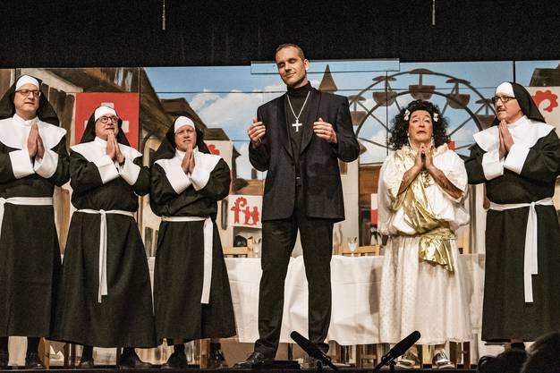 """Rahmenstück 3 """"S letscht Obemohl"""". Cabarettisten. Weltpolitik am Liestaler Stadtfest. Meinrad Stöcklin und sein Nonnenchor"""
