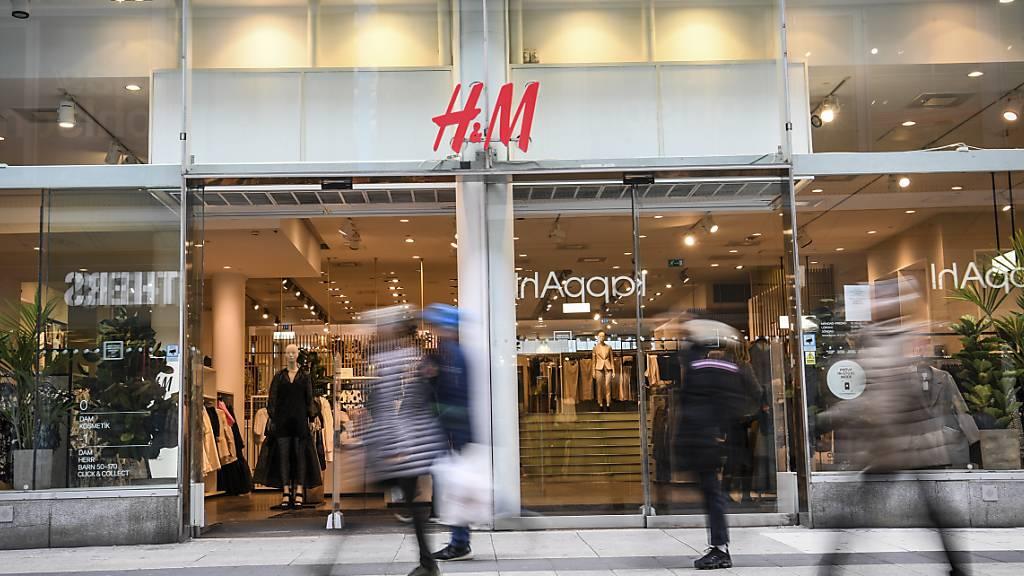 Der schwedische H&M-Konzern will im kommenden Jahr 250 seiner weltweit rund 5000 Filialen schliessen. (Archiv)