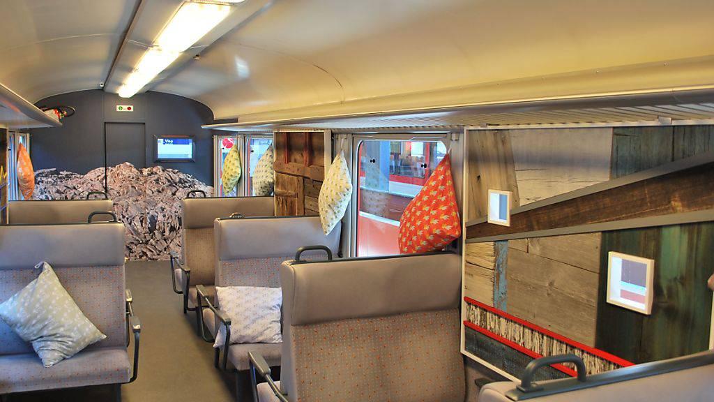 Kunstwerk statt Fenster: Die Matterhorn Gotthard Bahn hat einen Wagen zur rollenden Ausstellung umfunktioniert.