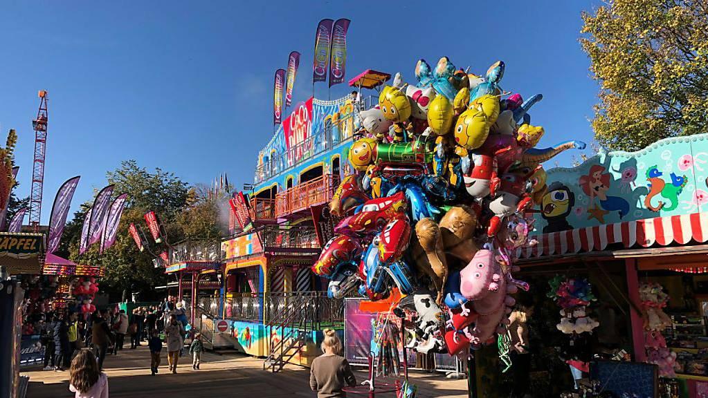 Buntes Spektakel unter blauem Himmel: Bei prächtigem Wetter hat am Samstag die Basler Herbstmesse begonnen.