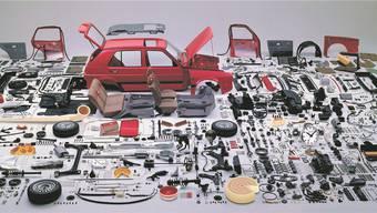 Nicht alles auf dem Bild steckt tatsächlich im VW Golf. Und nicht alles auf dem Bild ist aus der Schweiz. Und doch: In deutschen Autos steckt mehr Helvetisches, als man glaubt. Foto: Ho; Montage: Marco Tancredi