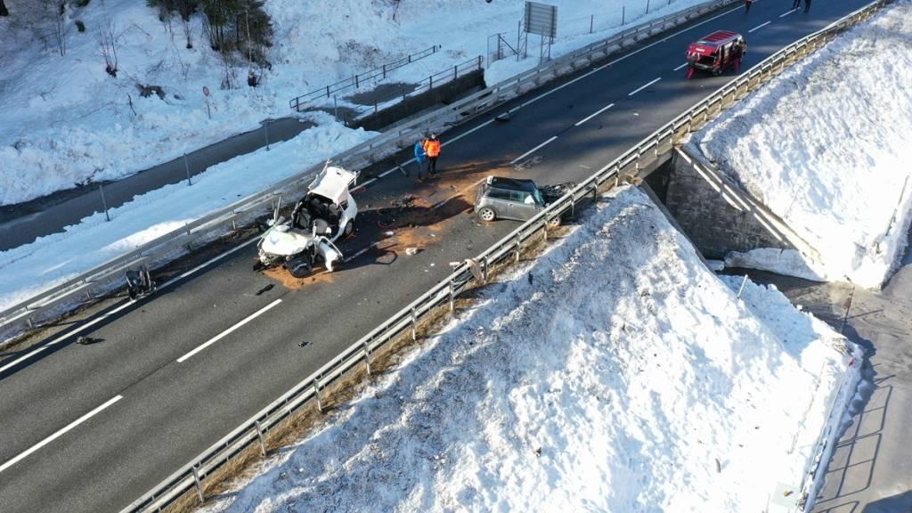 Die Wracks der beiden Autos, die auf der Prättigauerstrasse in Schiers GR frontal ineinander prallten. Ein 19-jähriger Lenker kam dabei ums Leben, eine 50-jährige Lenkerin wurde schwer verletzt.