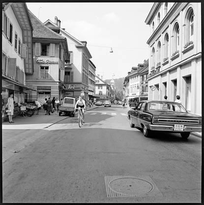 Die Badstrasse in Baden 1966: Links der Früchtehandel Moneta und das Café Burger, rechts die Bankgesellschaft (heute UBS).