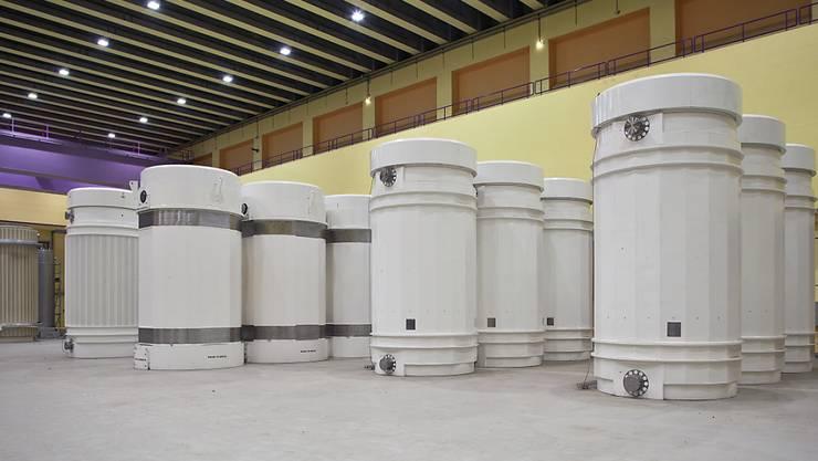 Transport- und Lagerbehälter für hochradioaktive Abfälle stehen im Behälterlagergebäude im Zwischenlager Zwilag in Würenlingen AG. Die Behälter enthalten verglaste Abfälle aus den Wiederaufbereitungsanlagen und ausgediente Brennelemente aus den schweizerischen Kernkraftwerken. (Archivbild)