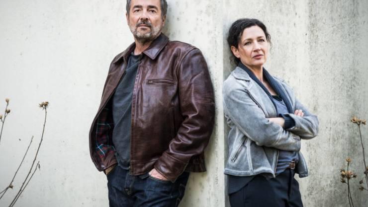 """Dumm gelaufen: In der Tatort-Folge """"Friss oder stirb"""" vom 30. Dezember werden die Ermittler Reto Flückiger (Stefan Gubser) und Liz Ritschard (Delia Mayer) Opfer einer Geiselnahme. (SRF)"""