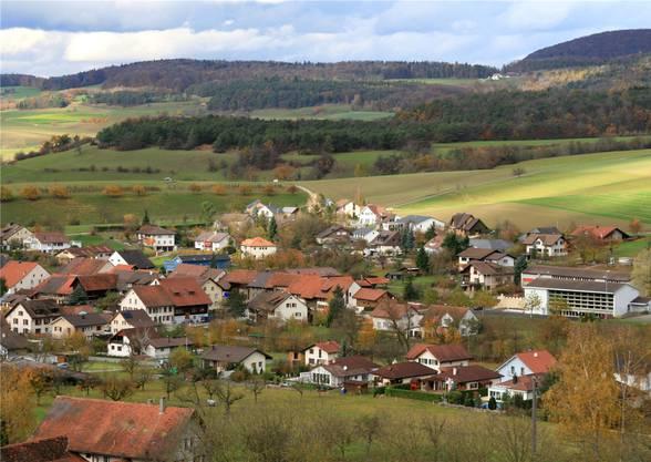 Effingen liegt am Fusse des Bözbergs im Fricktal. Verwaltungstechnisch gehört die Gemeinde zum Bezirk Brugg.